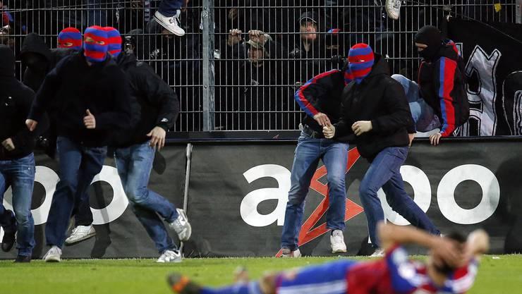 15. Mai 2015: Vermummte FCB-«Fans» stürmen nach dem Abpfiff das Spielfeld im Aarauer Brügglifeld.