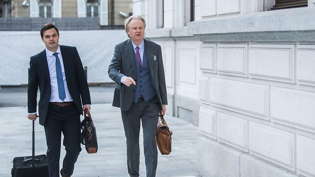 Urs Linsi (rechts), ehemaliger Fifa-Generalsekretär, wird wegen dem gegen ihn geführten Strafverfahren vom Staat entschädigt. Im Bild zusammen mit Anwalt Till Gontersweiler auf dem Weg zum Bundesstrafgericht in Bellinzona.