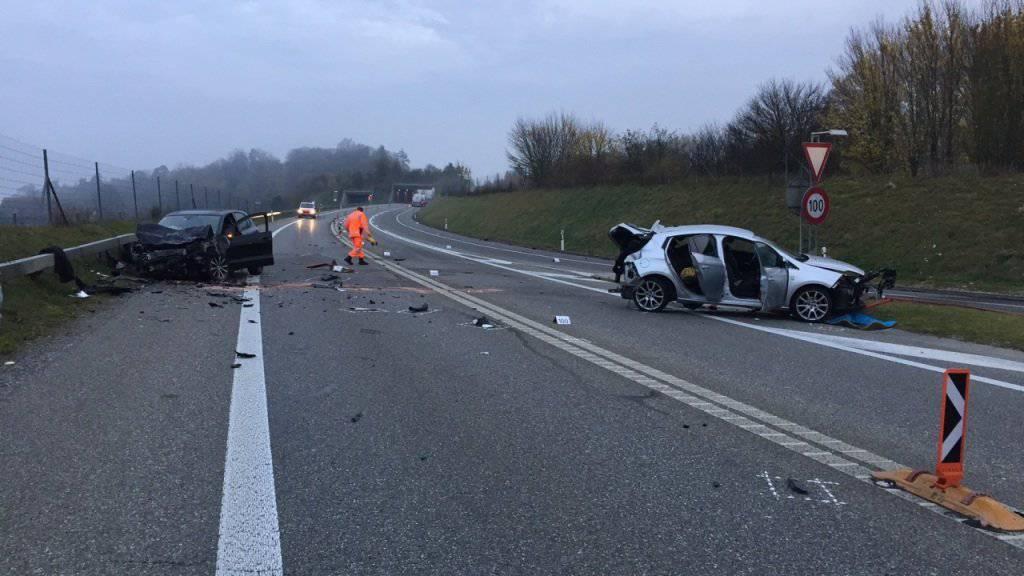 Bei einem schweren Autounfall auf der A4 bei Humlikon ZH sind am frühen Samstagmorgen fünf Personen verletzt worden.