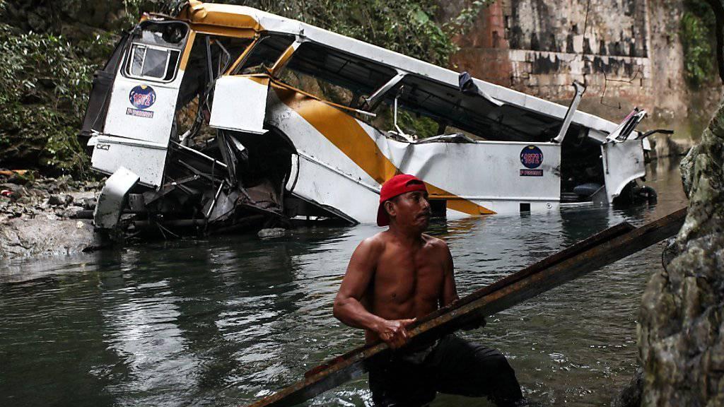 Bus stürzt in den Atoyac-Fluss in Mexiko - 20 Menschen kommen dabei ums Leben.