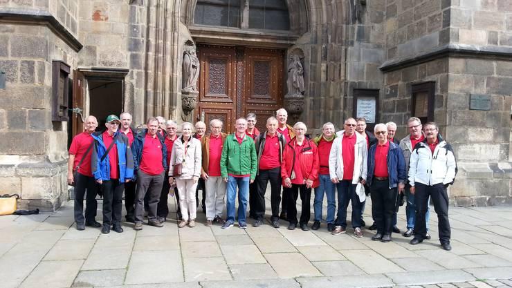 Der Männerchor nach seinem Gesangsauftritt vor der dem Hauptportal der Kathedrale in Pilsen (CZ)