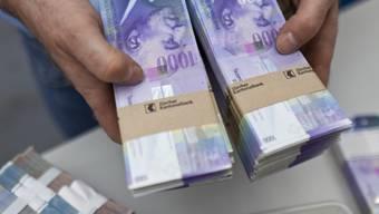 Bündel mit Tausendernoten: Der Kanton kassiert 2017 von den Banken viel Geld. (Symbolbild)