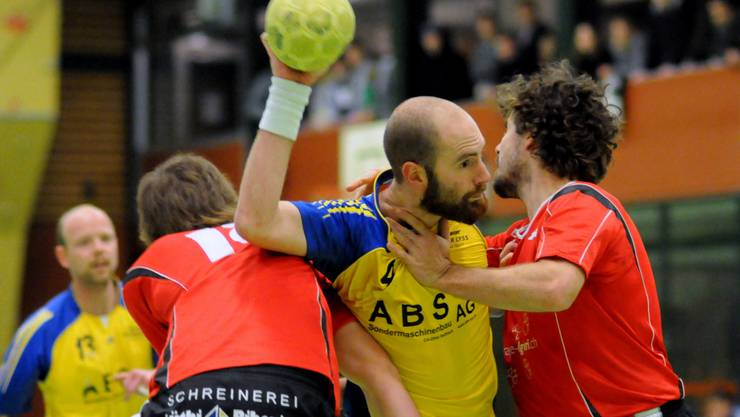 Die Solothurner – hier Locher (links) und Schwägli (rechts) – hatten Bürens Goalgetter Carpaij nichts entgegenzusetzen. hans peter schläfli