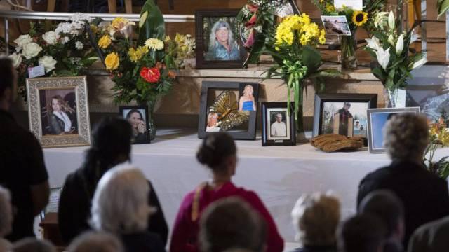 Angehörige gedenken der Opfer des Brandunglücks vor einem Jahr