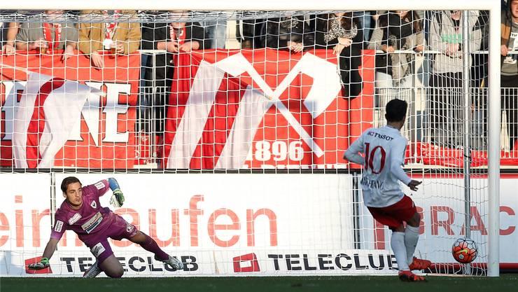 FCA-Torhüter Ulisse Pelloni (links) muss sich Biels Liga-Topskorer Antonio Marchesano beim Penaltyduell geschlagen geben.freshfocus
