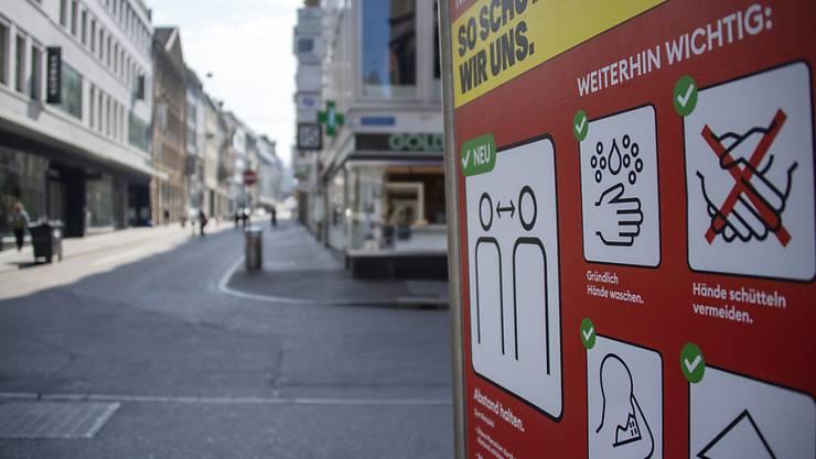 Die Corona-Krise hat den Umsatz der Schweizer Unternehmen laut dem Wirtschaftsverband Economiesuisse bereits um einen Fünftel absacken lassen - im Bild geschlossene Geschäfte an der Freie Strasse in Basel. (Archivbild)