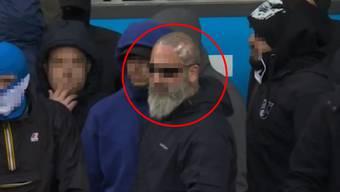 Im Stadion bei der Partie zwischen Luzern und GC am vergangenen Sonntag stand Stefan N. (roter Kreis) noch an vorderster Front und erzwang einen Spielabbruch.