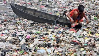 Eine ernst zu nehmende Gefahr für das Ökosystem: Rund 100 Millionen Tonnen Kunststoffmüll schwimmen im Wasser.  keystone