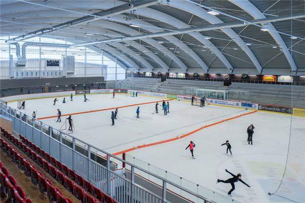 Die renovierte Halle der Kunsteisbahn Aarau – einen Tag, bevor diese täglich um 16.30 Uhr schliessen muss: Buben spielen Eishockey und Mädchen trainieren Eiskunstlauf.