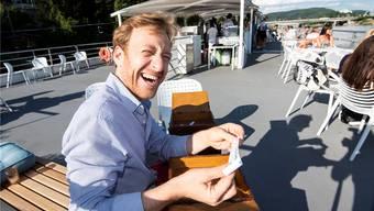 Im Nähkästchen der «Schweiz am Wochenende» sind verschiedene Begriffe als Lose drin. Roger Greiner, hier auf dem «Rhy-stärn», hat «Bauchgefühl» rausgefischt.
