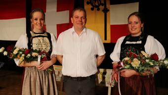Organisator Stefan Bader mit Liliane (l.) und Nathalie Bader, die in der Solothurner Sonntagstracht von ihrer Grossmutter, alt Nationalrätin Elvira Bader, auftratt.