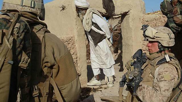 Ein älterer Afghane beobachtet US-Marines im Einsatz