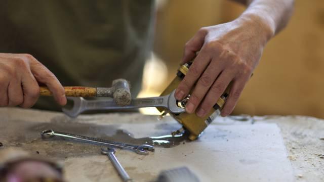Ein Insasse der Anstalt in Bellechasse FR arbeitet in der Werkstatt