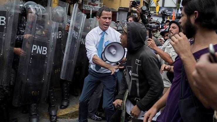 Massives Polizeiaufgebot gegen Proteste: Der Oppositionsführer und selbsternannte Interimspräsident  Juan Guaidó zusammen mit Manifestanten in Caracas.