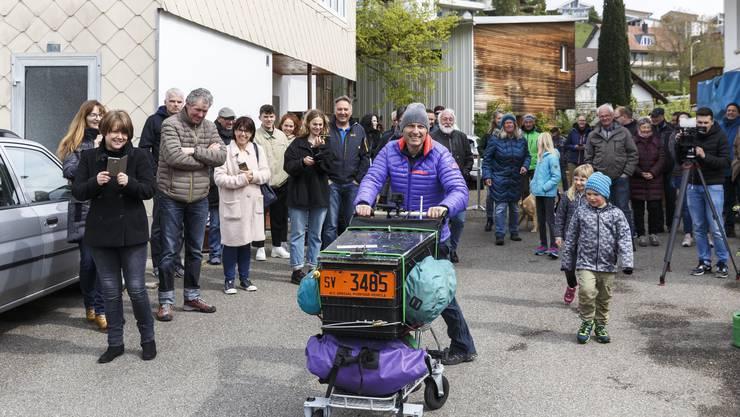 Start in Flumenthal am 5.Mai 2019: Christian Zimmermann läuft mit dem Einkaufswagen bis nach Moskau.