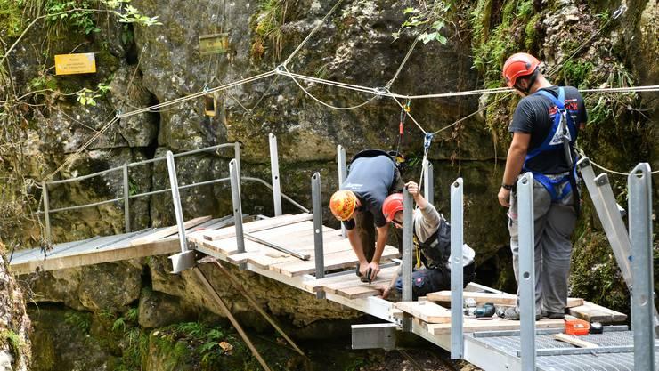 Letzte Arbeiten am Wanderweg in der Teufelsschlucht, der durch einen Felssturz beschädigt wurde.