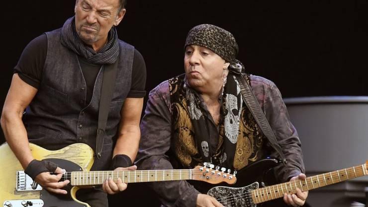 Stets zum Scherzen aufgelegt: US-Musiker Bruce Springsteen (links) und Gitarrist Steven Van Zandt beim Abschluss ihrer Europa-Tournee im Zürcher Letzigrund.