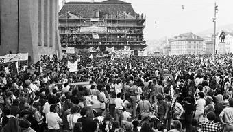 Die 1980-er Jahre waren von Jugendunruhen geprägt: Friedliche Demonstration für eine Wiedereröfffnung des Autonomen Jugendzentrums am 20. September 1980 in Zürich. (Archiv)