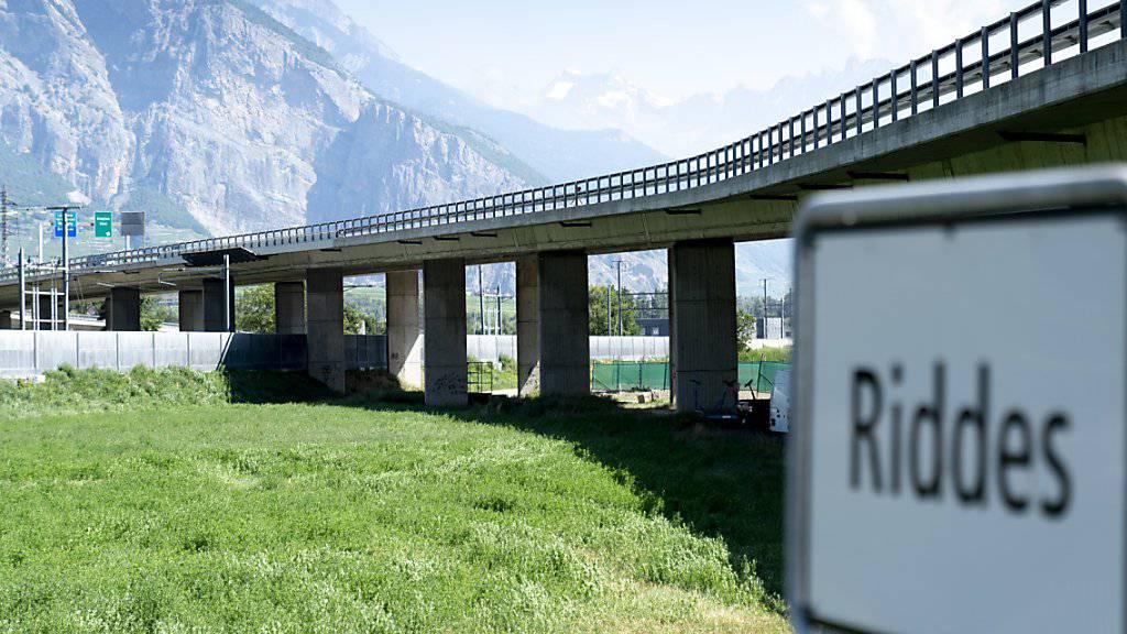 Nur eine von mehreren Brücken im Wallis, die in schlechtem Zustand sind: das Viadukt in Riddes. (Archivbild)