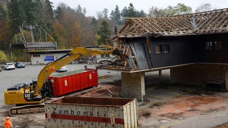 Ende Oktober 2013 wird in Oberdorf die alte Talstation der Weissenstein-Sesselbahn abgerissen.