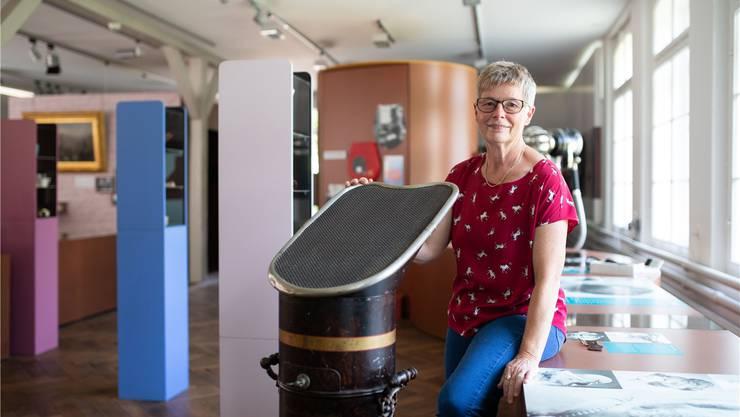 Museumsleiterin Elvira Bader mit ihrem Lieblingsobjekt: Einem nicht ganz so handlichen Föhn.