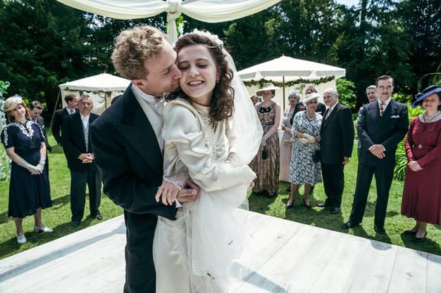 Zwei der drei Hauptfiguren in Volpes neuem Film: Johann Leutenegger (Max Hubacher) und Klara Tobler (Annina Walt) bei ihrer Hochzeit.