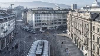 Der Paradeplatz in Zürich - Symbol und Herz des Bankenplatzes Schweiz.(rechts).