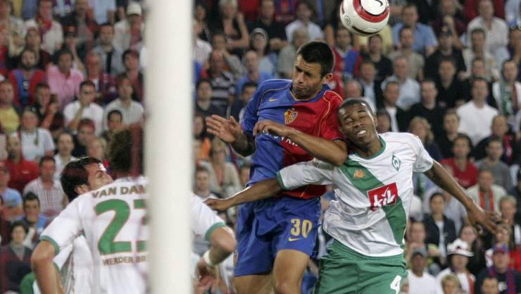 Boris Smiljanic beim Hinspiel im Zweikampf mit Naldo
