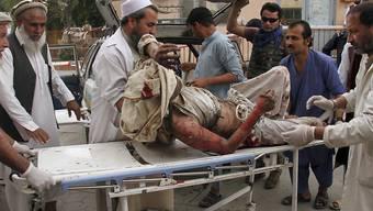 Sanitäter kümmern sich um einen der Dutzenden Verletzten nach dem Bombenanschlag auf eine Moschee in der ostafghanischen Provinz Nangarhar.
