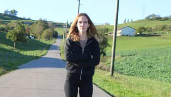 Carolyn Bircher steht auf der Grimselstrasse, wo am Sonntag ihr überfahrener Kater gefunden wurde.