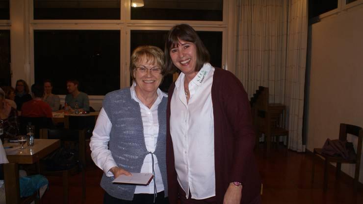 Vera Barritt dankte Anni Meier und übergab ihr ein Geschenk.