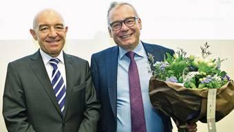 Nach Daniel Jositsch (SP) hat nun auch Ruedi Noser (FDP, mit Blumen) die Wiederwahl als Zürcher Ständerat geschafft.Bild: Keystone