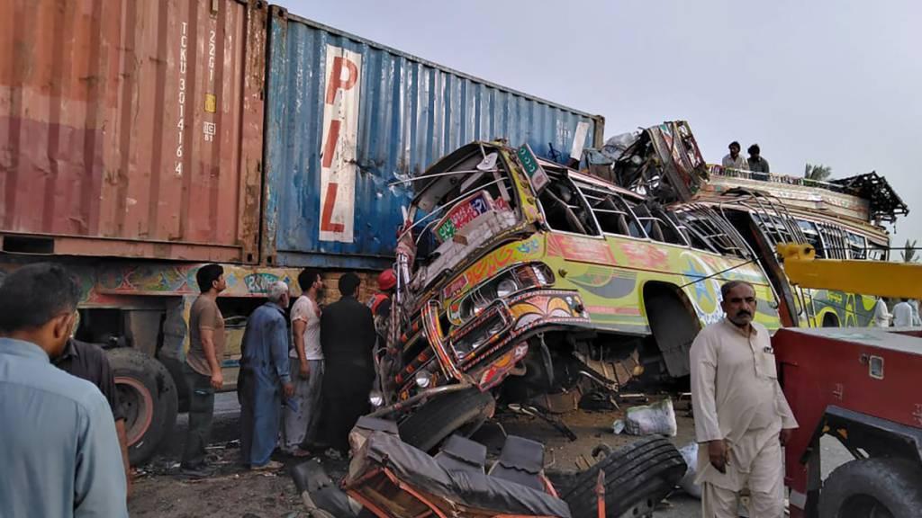 HANDOUT - Der Bus, in dem sich Arbeiter befanden, die zu einem muslimischen Feiertag nach Hause reisten, rammte auf einer vielbefahrenen Autobahn in Zentralpakistan einen LKW und tötete und verletzte Dutzende, wie Polizei und Rettungskräfte mitteilten. Foto: Uncredited/Emergency Service Rescue 112/AP/dpa Foto: Uncredited/Emergency Service Rescue 112/AP/dpa - ACHTUNG: Nur zur redaktionellen Verwendung und nur mit vollständiger Nennung des vorstehenden Credits