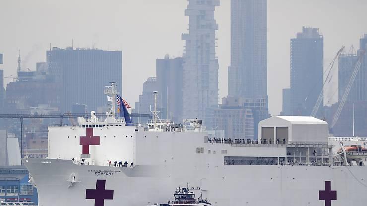 """Im Kampf gegen die Coronavirus-Pandemie ist am Montag das 272 Meter lange Spitalschiff """"USNS Comfort"""" der US-Marine in New York angekommen."""