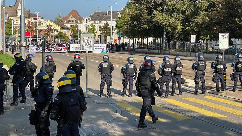Die Polizei hat die Gegendemonstrantinnen und -Demonstranten gestoppt.