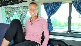 Im Bus statt in der Luft: Die Flugbegleiterin Martina Hatt. Bild: zvg