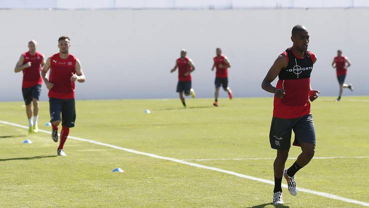 Gelson Fernandes läuft vor Haris Seferovic and Philippe Senderos im Training. (Archiv)
