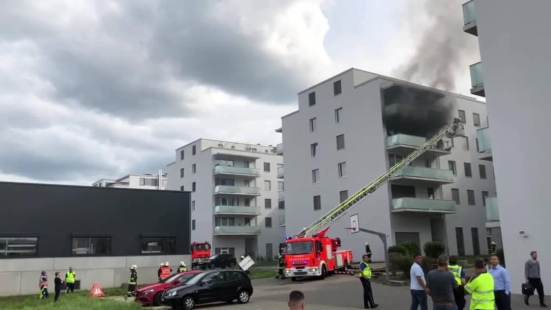 Brand auf Balkon eines Mehrfamilienhauses – Wohnung verwüstet