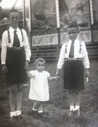 Louise Grebenstein-Richner aus Erlinsbach: «Beiliegend sende ich Ihnen das von mir ausgesuchte beste Foto. Es sind meine zwei Brüder, mit dem Maienzug-Schwöschterli. Etwa im Jahre 1940. Jetzt ist das Mädchen bereits 82 Jahre alt und die Brüder verstorben. Vielleicht finden auch Sie das Foto schön und somit grüsse ich Sie herzlichst!»