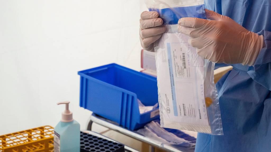 Im Corona-Testzentrum vom Spital Limmattal ist ein Test fertig zum Versand fürs Labor.