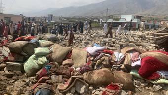 Einheimische suchen nach Opfern nach schweren Überschwemmungen in der Provinz Parwan, nördlich von Kabul. Foto: Rahmat Gul/AP/dpa