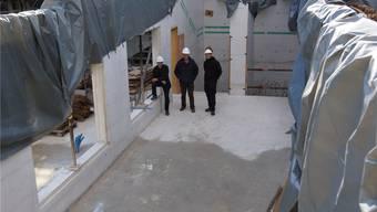 Architekt Joos Gredig (links) zusammen mit den Bauleitern Marcel Eichenberger und Stefan Eichenberger (links) stehen in der zukünftigen Schalterhalle. Dominic Kobelt