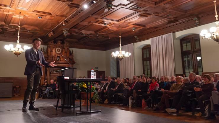 Lukas Bärfuss bei seinem Vortrag in Schaffhausen. Bild: Melanie Duchesse