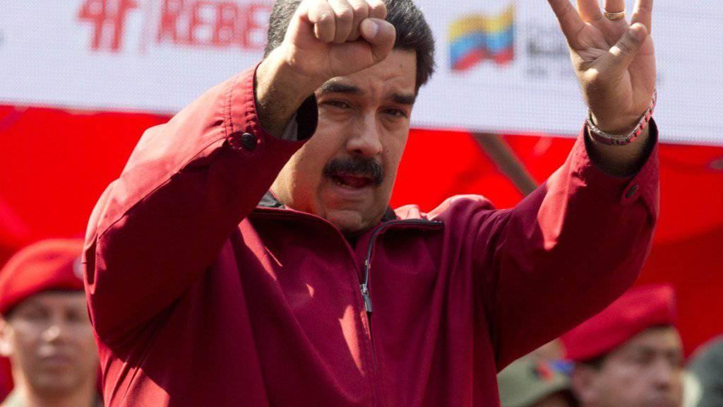 Venezuelas Präsident Nicoals Maduro bei einer Parade: Die Staatsfinanzen des Landes werden durch den tiefen Ölpreis arg strapaziert. (Archivbild)