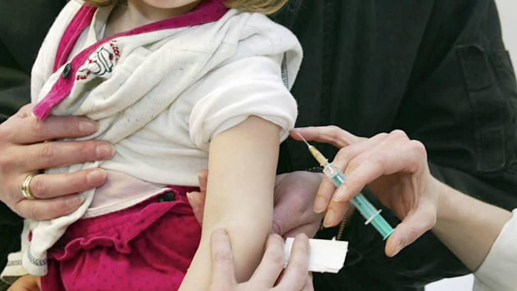 Ein 2-jähriges Mädchen wird gegen Masern geimpft: Die Corona-Pandemie schlug sich auf die Impfrate von Kindern nieder.