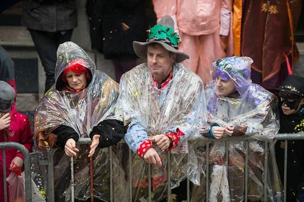 Zuschauer in Regenponchos