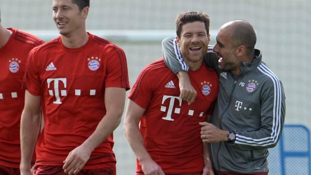 Gut aufgelegt: Pep Guardiola herzt im Bayern-Training seinen spanischen Landsmann Xabi Alonso