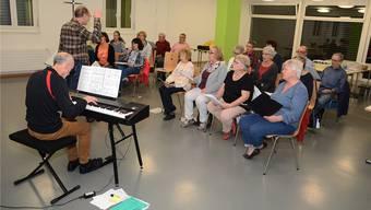 Der Kirchenchor Winznau probt Operetten, unter der Leitung von Georges Regner und Hansruedi von Arx am Keyboard.