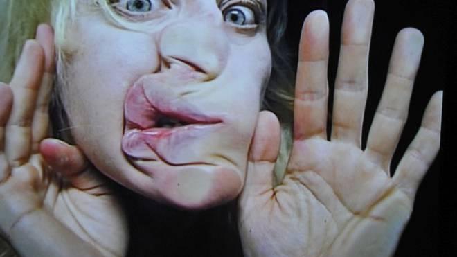 Viel Humor und wenig Gnade mit sich selber: Pipilotti Rist in «open my glade (flatten)». Foto: Keystone
