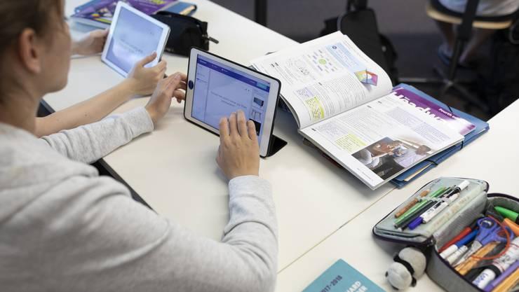 Schüler ab dem 12. Schuljahr müssen selber für die Kosten ihres Schulmaterials aufkommen. Dazu gehören neu auch Tablets und Notebooks. (Symbolbild)